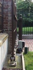 Смонтированный П-образного профиль на откатных воротах